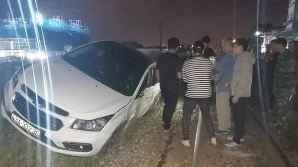 Đà Nẵng: Ôtô con đỗ giữa đường ray bị tàu hỏa tông văng 7 mét