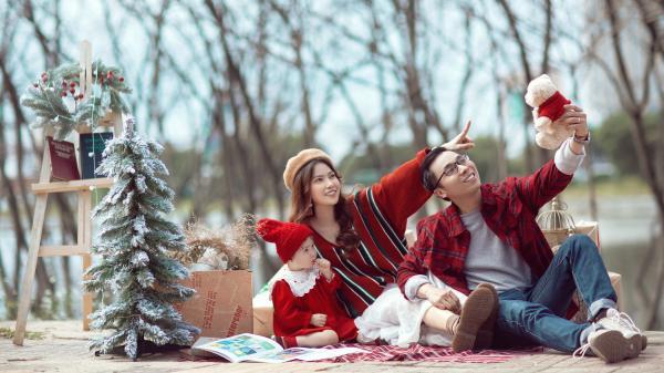 Cặp vợ chồng Đà Nẵng cưới rồi vẫn... yêu xa kéo con 2 tuổi chụp ảnh Noel siêu xinh ở địa điểm cực quen mà cực lạ
