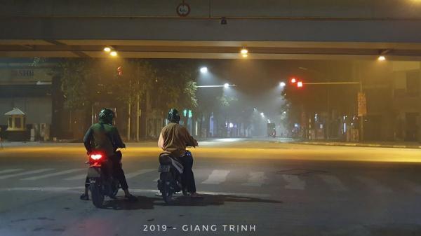 Gương mẫu dừng đèn đỏ trước vạch kẻ lúc một giờ sáng, hai chàng trai khiến cộng đồng mạng trầm trồ