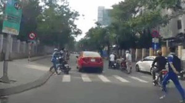 Đà Nẵng: Cụ ông mắc kẹt dưới gầm ô tô của nữ tài xế, chục người lao tới nâng xe cứu nạn nhân