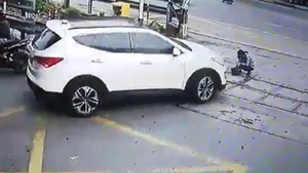 Clip: Kinh hoàng nhân viên đường sắt bị ô tô tông khi đang vệ sinh đường ray ở Đà Nẵng