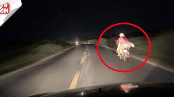 """Tài xế """"dìu"""" gia đình nhỏ đi xe máy không có đèn suốt 90km: Ôi, trân quý quá!"""