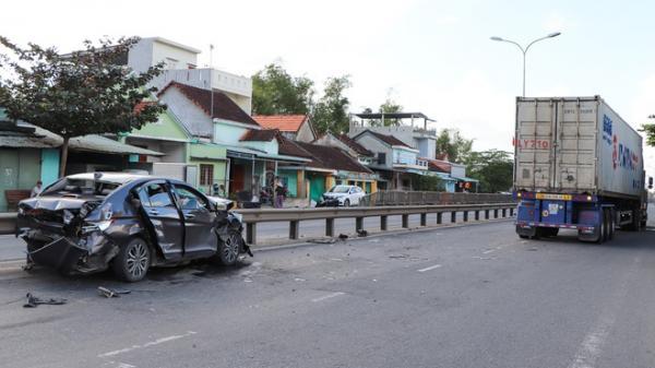 Ôtô con biển Đà Nẵng va chạm xe container, 4 người trọng thương