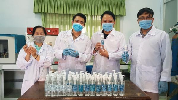 Đà Nẵng: Trường đại học tự chế nước rửa tay phòng dịch Corona