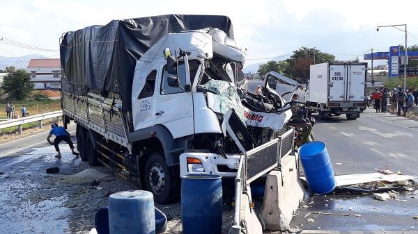 Ninh Thuận: Va chạm hai xe tải làm một người chết, hai người bị thương