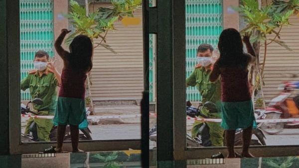 Xúc động người cha mặc cảnh phục đứng ở cửa nhìn con cho vơi nỗi nhớ