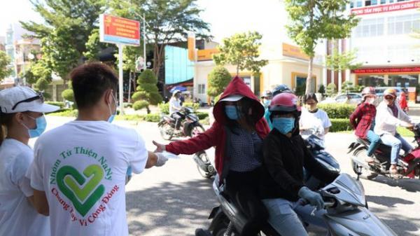 Ninh Thuận: Nhóm bạn trẻ góp tiền mua và phát hàng ngàn khẩu trang y tế miễn phí