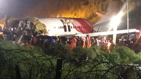 Hiện trường máy bay Ấn Độ gãy đôi khi hạ cánh