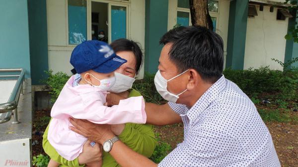Bé 8 tháng tuổi nhiễm Covid-19 ra viện: Ông bà bật khóc sung sướng