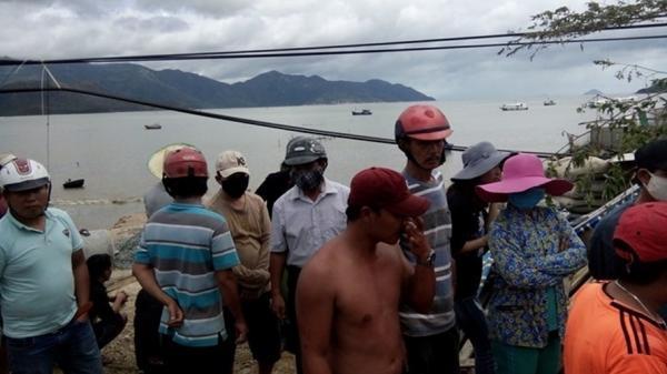 Nhiều thi thể trôi dạt được đưa vào bờ sau bão số 12