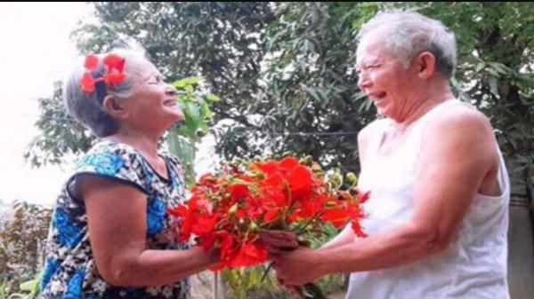 Cụ ông Ninh Thuận hái hoa tặng vợ và chuyện tình cảm động 40 năm