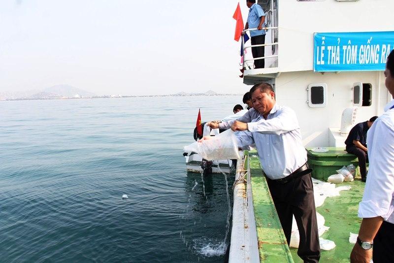 Ninh Thuận: Thả 70 vạn con tôm sú giống ra biển