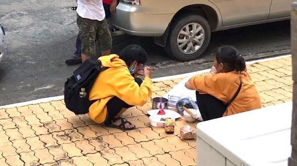 Cay mắt với bữa cơm bình dị của hai mẹ con trong ngày đầu tiên lên thành phố nhập học