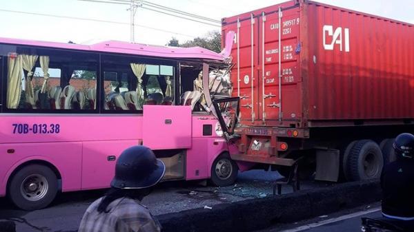Xe khách húc đuôi container, nhiều người bị thương
