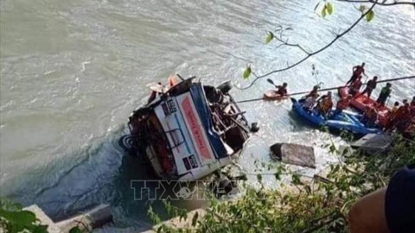 Tai nạn nghiêm trọng: Xe buýt lao xuống sông, ít nhất 15 người t.ử v.ong
