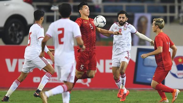 """Văn Hậu bỗng chốc hóa người khổng lồ, """"đè bẹp"""" các cầu thủ UAE trong cuộc đọ sức tại Vòng loại World Cup 2022"""