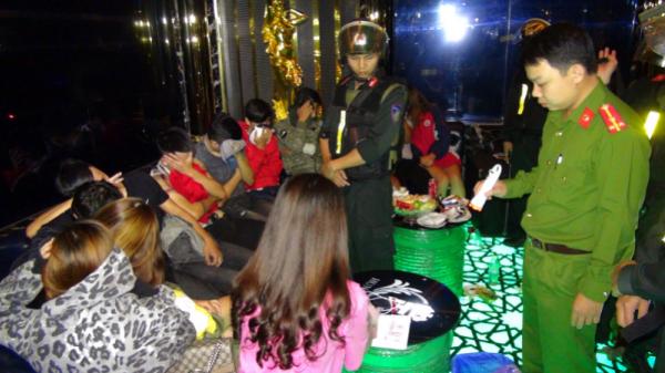 """VỪA XONG tại Quảng Ngãi: Đ.ộ.т κ.í.c.н Q.u.á.ɴ κᴀ.ʀ.ᴀ.o.κᴇ t.h.ấ.y hơn 50 """"nam thanh nữ tú"""" ᴅ.ư.ơ.ɴԍ тíɴн"""