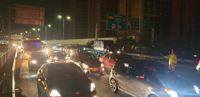 Người dân từ Thái Bình và các tỉnh đổ về trung tâm thủ đô tăng đột biến, đường ùn tắc tới khuya, CSGT căng mình phân luồng đêm mùng 4 Tết