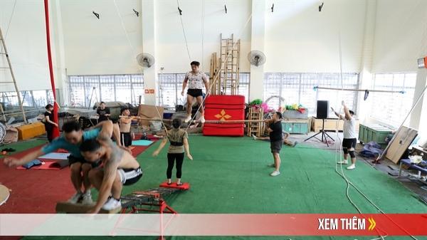 Nghệ sĩ xiếc quê Lạng Sơn và đồng nghiệp khổ luyện dưới thời tiết nóng như đổ lửa