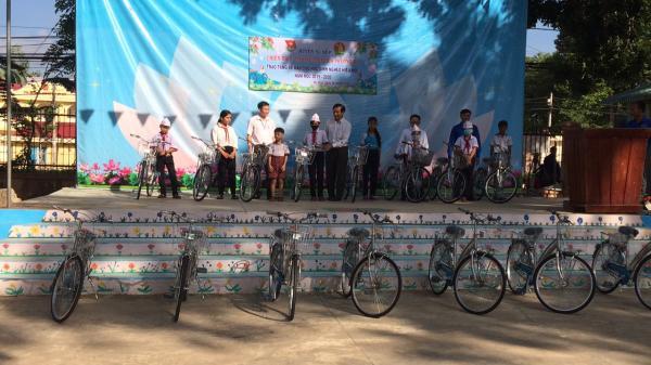 Vĩnh Long: Hỗ trợ cho 1.220 học sinh có hoàn cảnh khó khăn vươn lên học tốt