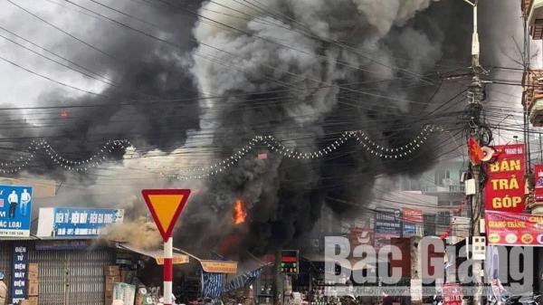 Bắc Giang: Cháy CỰC LỚN tại các ki-ốt bán hàng thị trấn Vôi, thiệt h.ại hàng tỷ đồng