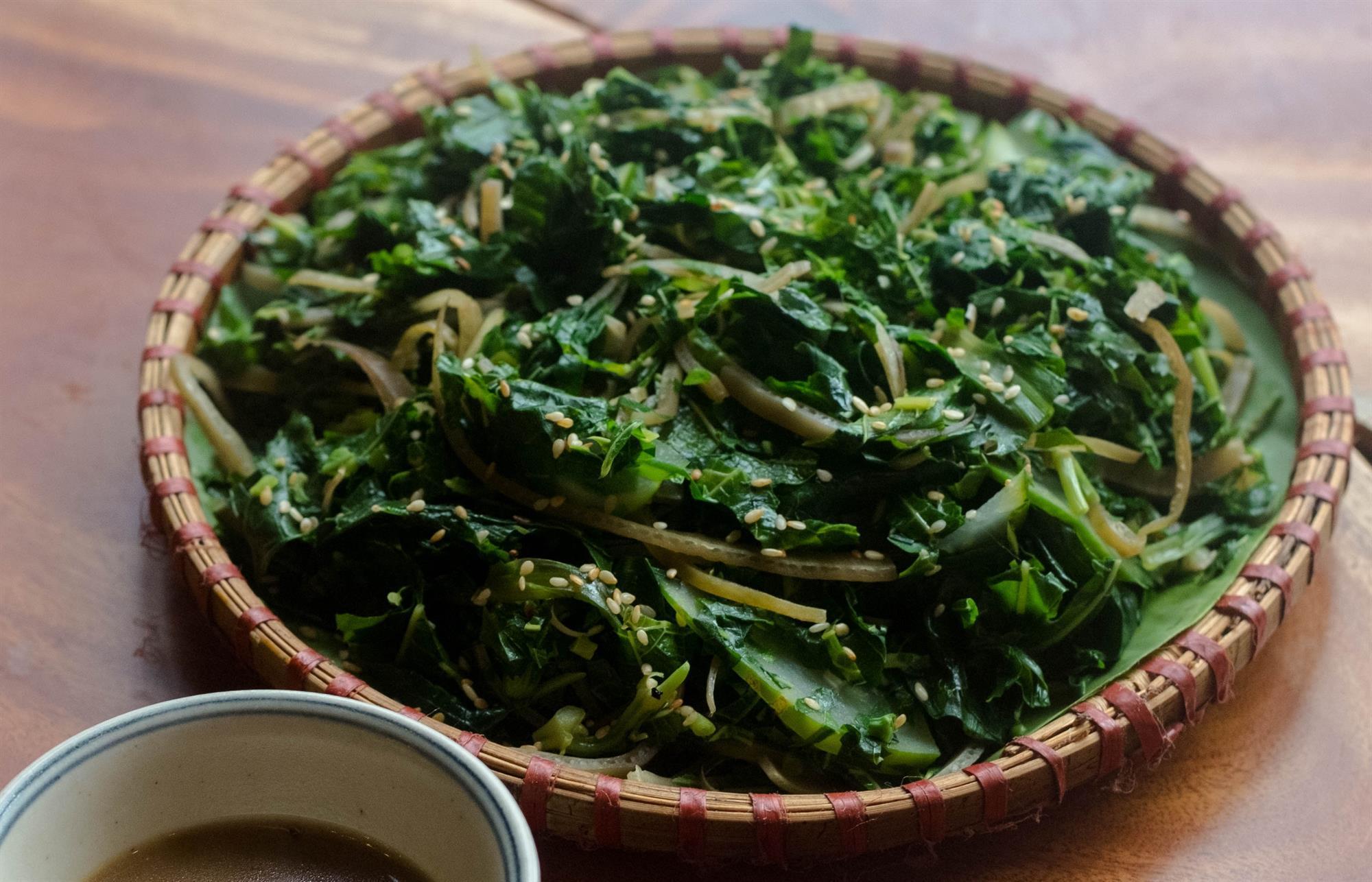 Độc đáo món rau rừng đồ chấm nước lòng cá của người Mường, Phú Thọ