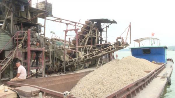 Bắt giữ phương tiện khai thác cát trái phép trên sông Lô