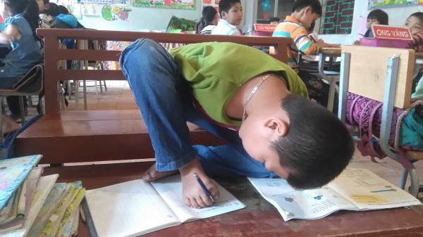 Khâm phục nghị lực của cậu học trò khuyết tật