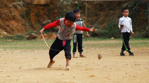 Trở về tuổi thơ với trò chơi đánh quay của những cậu bé người Mông ở Tân Sơn, Phú Thọ