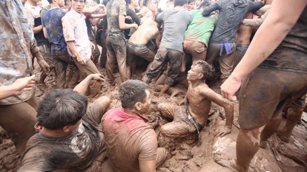 """Phú Thọ: """"Vỡ trận"""" hội Phết Hiền Quan vì cả trăm trai làng tranh cướp"""