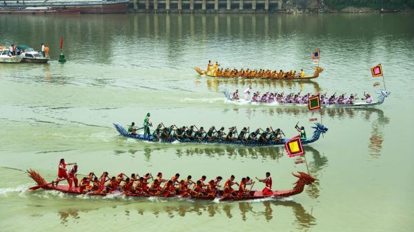 Phú Thọ: Cả khúc sông Lô 5km náo nhiệt vì gần 200 trai tráng đua thuyền