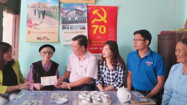Báo Phú Thọ thăm và tặng quà mẹ Việt Nam Anh hùng nhân ngày Phụ nữ Việt Nam