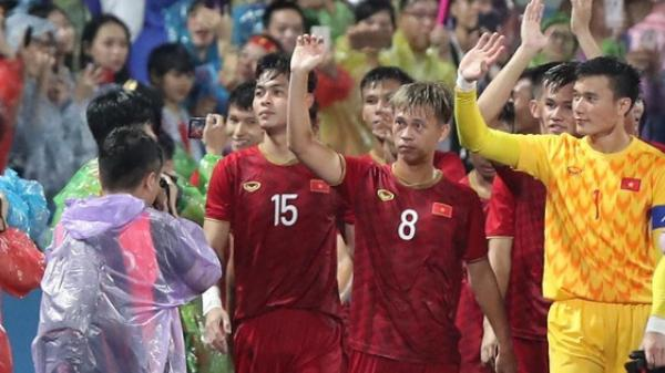U23 Việt Nam đội mưa đi khắp khán đài cảm ơn người hâm mộ Phú Thọ sau trận thắng U23 Myanmar