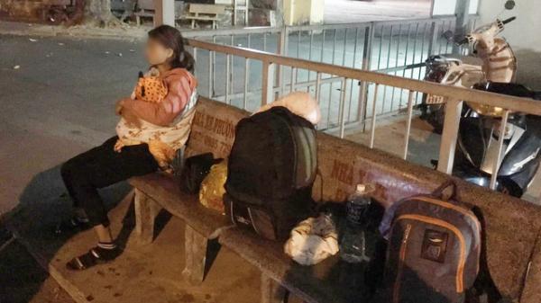 Xôn xao câu chuyện người phụ nữ ôm theo con nhỏ ngồi bơ vơ ở bến xe trong đêm giao thừa vì chồng n hậu s ay quên đón về quê