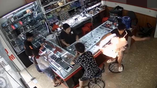 Clip: Pin điện thoại bất ngờ phát nổ ngay trên tay nam thanh niên ở Việt Trì, Phú Thọ