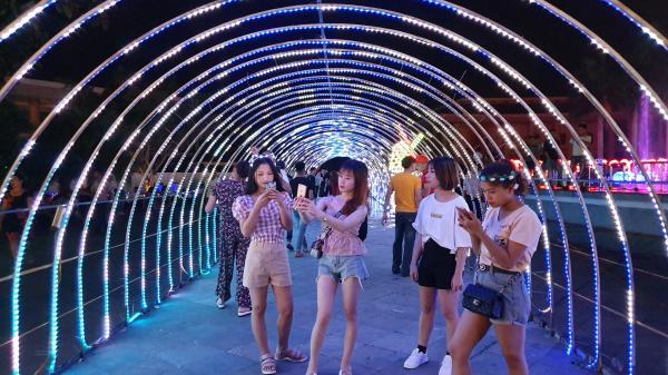 Lần đầu tiên tại Phú Thọ: Tổ chức LỄ HỘI TÌNH YÊU cực hot với hàng trăm mô hình ánh sáng đèn LED khổng lồ siêu lãng mạn, lung linh