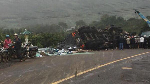 Container lật úp đè chết tài xế và phụ xe