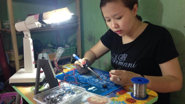 """Phú Yên: """"Bóng hồng xứ Nẫu"""" đam mê nghề điện tử!"""