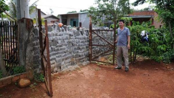 Cả thôn lấp cổng hàng xóm vì không góp tiền làm đường