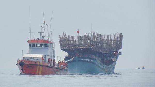 Cứu nạn 5 ngư dân trôi dạt nhiều giờ trên biển