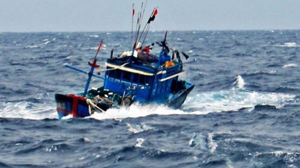 Cứu 7 ngư dân Phú Yên trên tàu cá sắp chìm