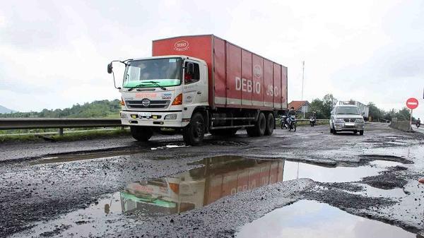 Phú Yên: Xe tải sập ổ gà, lạc tay lái lật bẹp dúm trên quốc lộ 1