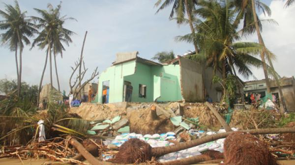 Xót xa trước cảnh người đàn ông Phú Yên mất nhà, liệt hai chân sau cơn bão số 12