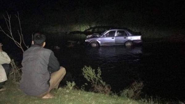Sau khi gây tai nạn, tài xế tháo BKS bỏ lại xe và người bị th.ương dưới suối