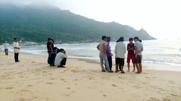 Đi tắm biển bị sóng c uốn vào vòng nước xoáy, 2 học sinh t ử v o ng, 1 em mất tích