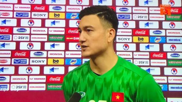 Phóng viên dành lời khen nhạy cảm, Văn Lâm lập tức phản hồi với câu trả lời xuất sắc: 'Không chỉ mình Lâm, tất cả anh em đã thi đấu rất tốt'