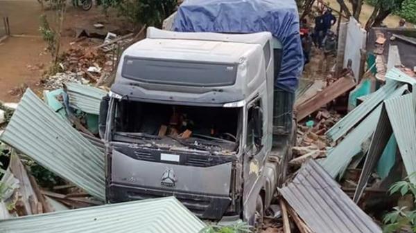 Xe container t.ông s.ập nhà, 3 người trong gia đình lọt thỏm dưới gầm xe