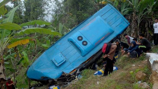 Vụ tai nạn xe buýt: Nhiều người vẫn m.ắc k.ẹt và mất tích