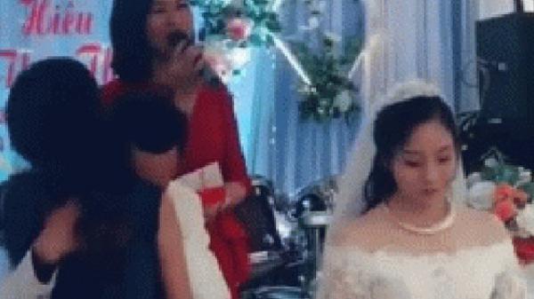 Bỏ mặc cô dâu 'mặt lạnh' đứng bên cạnh, chú rể ôm 'cô gái lạ' gục đầu khóc trong đám cưới gây xôn xao