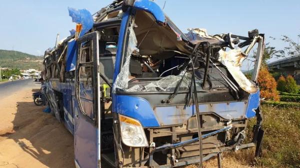 Xe chở 46 khách về quê ăn Tết gặp tai nạn, 21 người bị thương